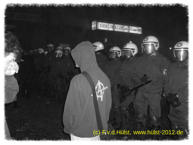 Straßenkämpfe zwischen der Polizei und Vermummten in Berlin Kreuzberg 2008.
